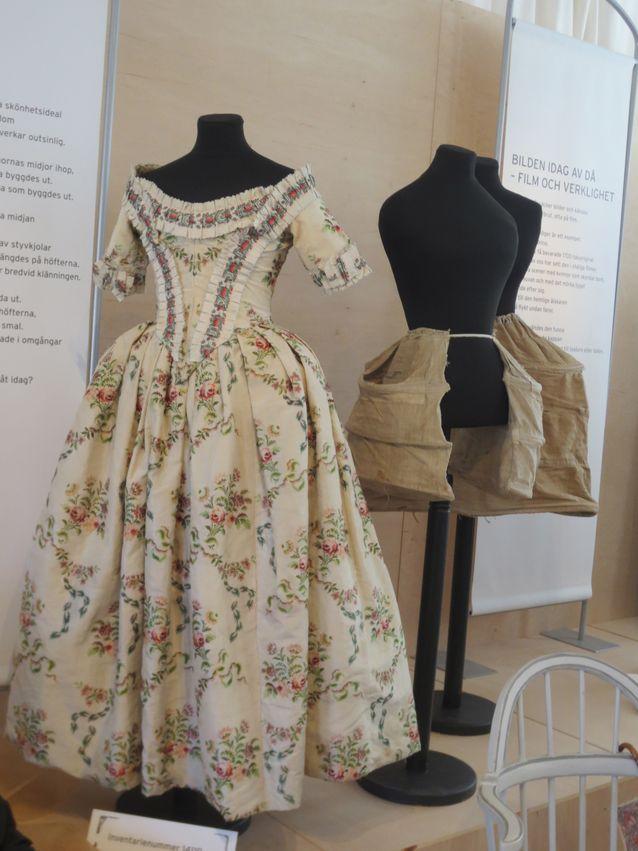 1700-luvun kaunis kaksiosainen kirjailtu puku nimeltään Robe a la Anglaise. Pukua on muokattu vuosien varrella. Myös vaatetuksesta voi lukéa paljon aikakauden sukupuolirooleista, ihanteista ja aatteista. Naisihanteena oli kapea vyötärö ja toisaalta leveä lantio, jonka uskottiin indikoivan hyvää synnyttäjää. Jälkimmäinen oli tärkeää ylhäiselle kuin rahvaankin naiselle. Kuva Henrika Tandefelt