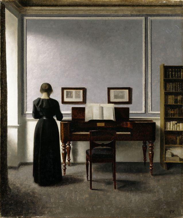 Hammershoi oli tarkkailija omassa kodissaankin. Hän  maalasi käyttäen apunaan valokuvia. Interiöörit ovat siis aitoja kotikuvauksia, joskin hän maalausprosessissaan pelkisti, poisti ja riisui huoneita entisestään. Sisäkuva, piano ja mustiin pukeutunut nainen, Strandgade 30. 1901. Kuva Ordupgaard/ Pernille Klemp