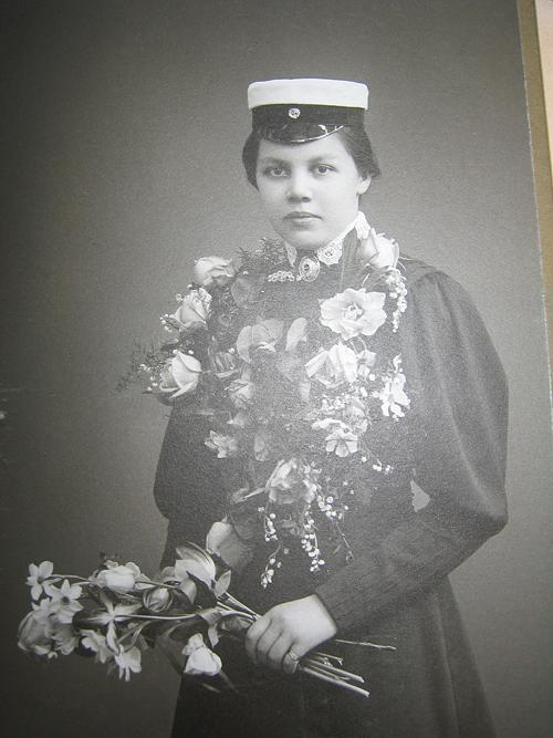 Naisia oli yliopistolla nähty jo 1800-luvun lopulla, opintojaan varten he joutuivat anomaan erivapautta. Vasta vuonna 1901 nais- ja miesabiturientit saivat suorittaa ylioppilastutkinnon samoilla ehdoilla. Tutkimani suvun ensimmäinen naisyliopilas Sylvia Kjäldström suoritti ylioppilastutkinnon vuonna 1908.