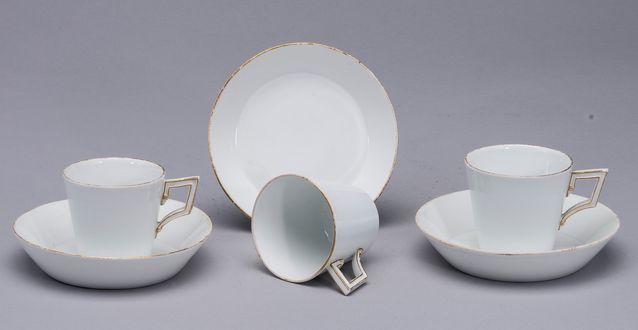 Meissenin kahvikupit 1700- ja 1800-luvun vaihteesta. Tällä hetkellä tarjottu 50 e, lähtöhinta 200 e. Kohde myynnissä 27.3. asti Helsingissä, Bukowskis Market.