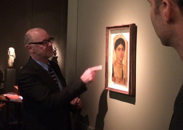 Englantilainen taidekauppias Charles Ede esittelee todellista harvinaisuutta. Se on egyptiläisen nuoren naisen muotokuva 100-luvun alusta. Teos on tehty temperatekniikalla puulle.