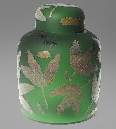 Inkivääripurkki näyttää, että insinöörimäiseksi muotoilijaksi luonnehdittu Orvola on hallinnut myös herkän koristelun. Lähtöhinta 200 e, Hagelstam & Co.