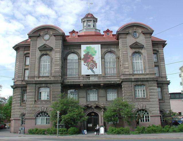 Luonnontietellinen museo, Eläinmuseo, toimii 1913 vihityssä uusbarokkilinnassa Helsingin Töölössä.