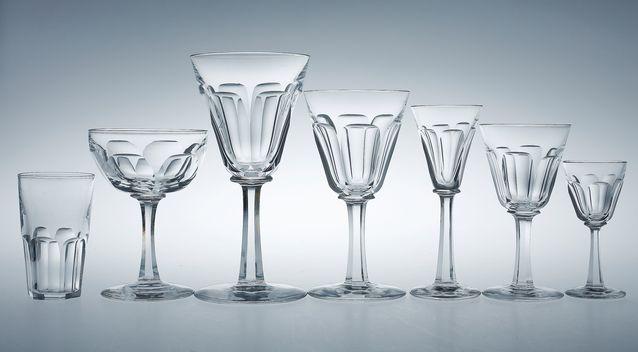 Ensimmäinen lasi vasemmalta on selter- eli kivennäisvesilasi. Hiottu lasisto 1900-luvun alusta, lähtöhinta 270 e, Bukowskis Market.