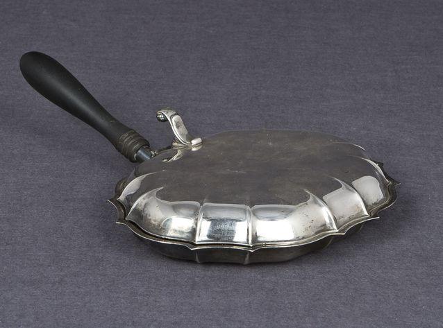 Munakaspannu? Ei, vaan silent butler eli arkisesti rikkalapio, vaikka onkin hopeaa. International Silver Company, Englanti 1800- ja 1900-lukujen vaihde, chippendale-tyyli, lähtöhinta 300 e ( ei myyty), Hagelstam & Co.