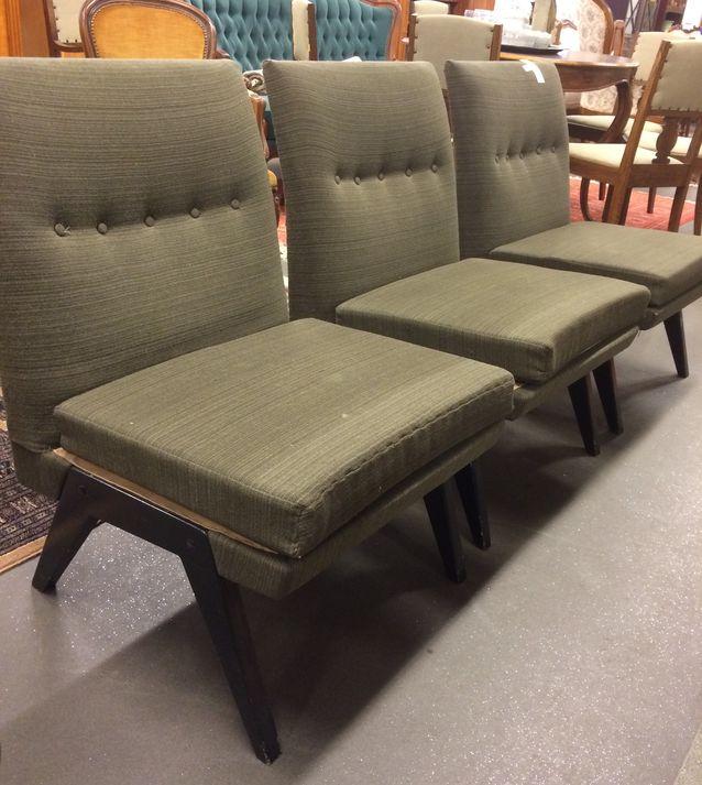 Tanu Toiviaisen persoonallista tuolimuotoilua 50-luvulta. Pala-tuoleista saa muodostettua myös sohvan. Vasarahinta 170 e, Helander.