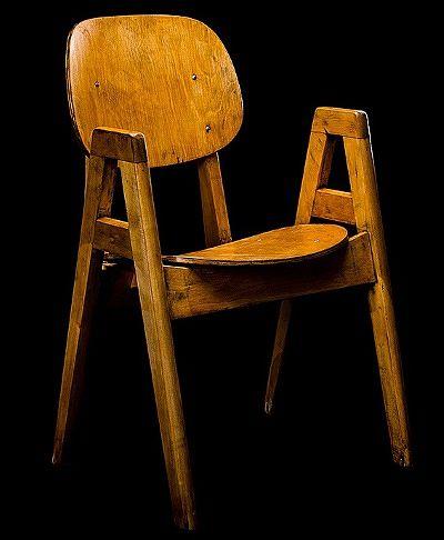 Ilmari Tapiovaara on seurannut tässä tuolissaan huonekalusuunnittelun kansainvälisiä moderneja suuntauksia. Oppilastuoli, Ekwall, Ruotsi 1950-luvun alku. Lähtöhinta 400 e, Bukowskis Modern + Contemporary.