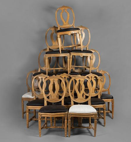 Tuolihullun unelma. Medaljonkiselustaisia kustavilaisia tuoleja myydään Hagelstam & Co:n huutokaupassa 28.5. Lähtöhinta 4 000 e / 15 kpl.