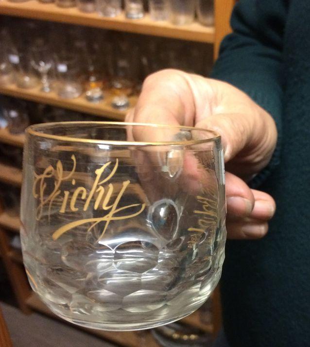 Tämä 1900-luvun alun mineraaliveden juomiseen tarkoitettu lasi on peräisin kuumista lähteistään tunnetusta Vichyn kaupungista Ranskasta. 42 e, Old Times (puh. 09 604 606).