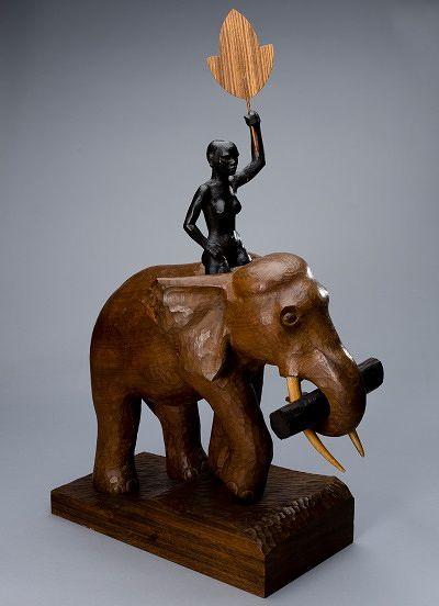 Tämä on tavallista harvinaisempi Tapio Wirkkalan luomistyö: puinen norsuveistos, jolla on korkeutta 88 cm, 1940-luku, lähtöhinta 10 000 e, Bukowskis Modern + Contemporary.