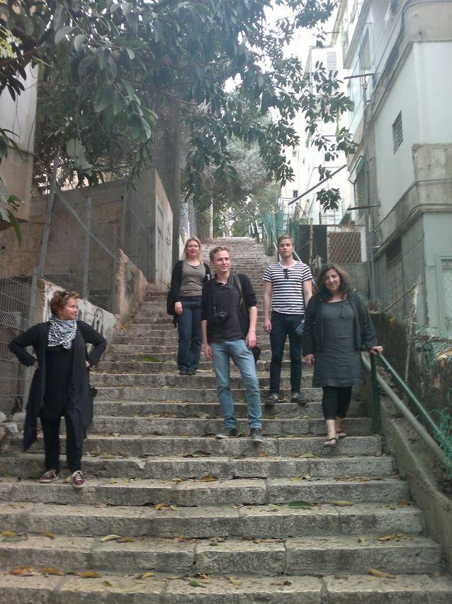 Laura Kolbe historian opiskelijoiden kanssa opintomatkalla Israelissa keväällä 2014. Kuva Laura Kolben yksityisarkistosta.