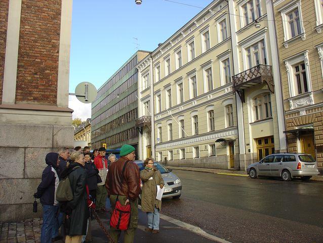 Opettamista kävellen, kaupunkikulttuuriin tutustumista. Kuva Laura Kolben yksityisarkistosta.