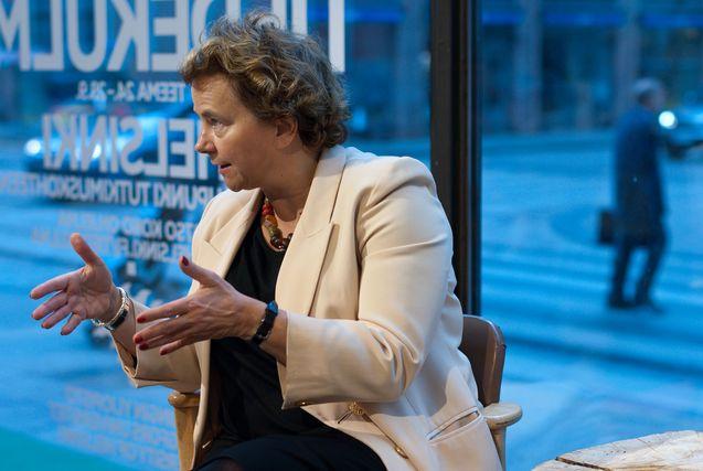 Professori Laura Kolbe esiintyy usein Helsingin yliopiston Tiedekulmassa. Kuva: Mika Federley.