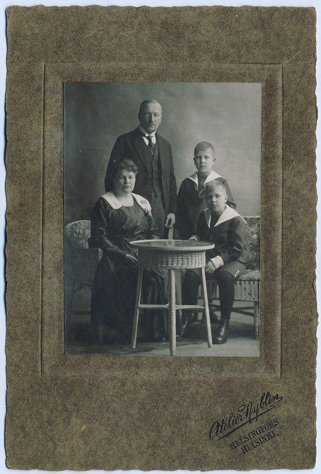 Kuvassa Viljo Tarkiainen ja Maria Jotuni poikien kanssa. Kuva: SKS.