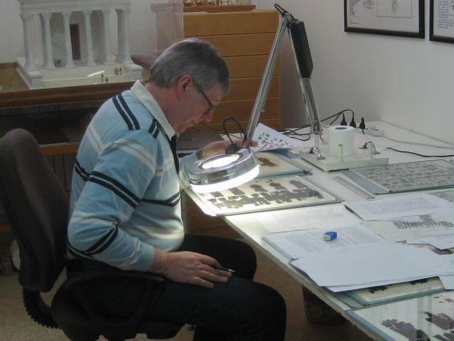 Jorma Kaimio tutkailee Petran papyruksia Ammanissa, American Center of Oriental Researchissa. Kuva: Barbara Porter.