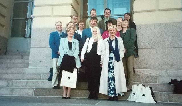 Humanistit liikkeenjohtajiksi  -kurssille 10 vuotta aiemmin osallistuneet palasivat Jorma Kaimion kanssa Alma materin portaille. Kuva: Jorma Kaimion kotiarkisto.