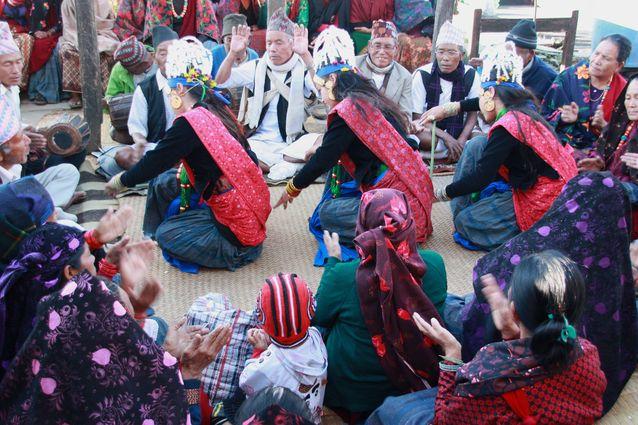 Ghantu-tanssiesitys kokoaa yhteen kaikki kyläläiset. Kuva: Pirkko Moisala.