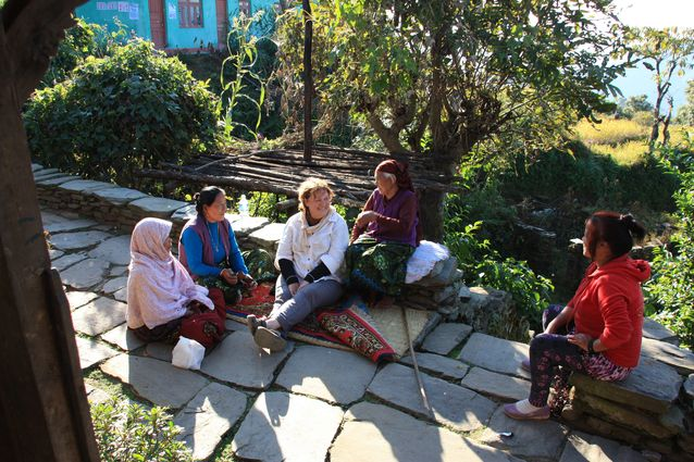 Pirkko Moisala nepalilaisessa kylässä. Kuva: Tanka Gurung.