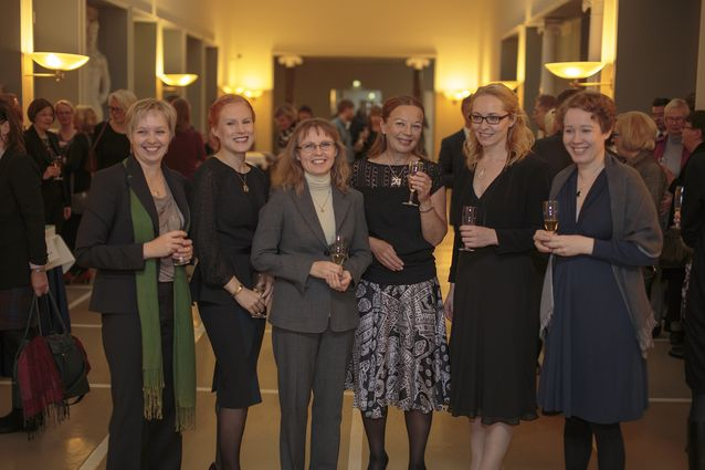 Styles of Mimesis -projektin tutkijat Pirjo Lyytikäisen 60-vuotisvastaanotolla.  Vasemmalta: Merja Polvinen, Riikka Rossi, Sari Kivistö, Pirjo Lyytikäinen, Saija Isomaa ja Sanna Nyqvist. Kuva: Petri Lyytikäinen.