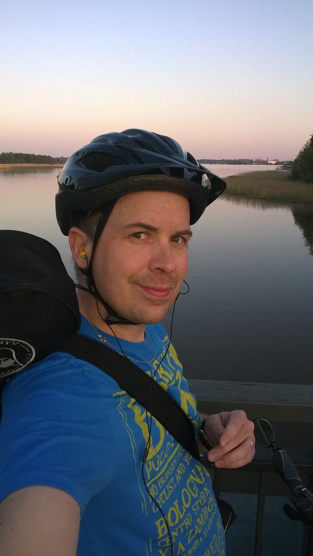"""""""Läppärin jälkeen kaupunkihistorioitsijan tärkein työkalu on polkupyörä. Pyörällä pääsee kaikkialle kaupungissa ja polkemalla saa ajatuksetkin liikkeelle"""", kertoo kesät talvet pyörällä liikkuva Nyström. Kuva: Samu Nyström."""