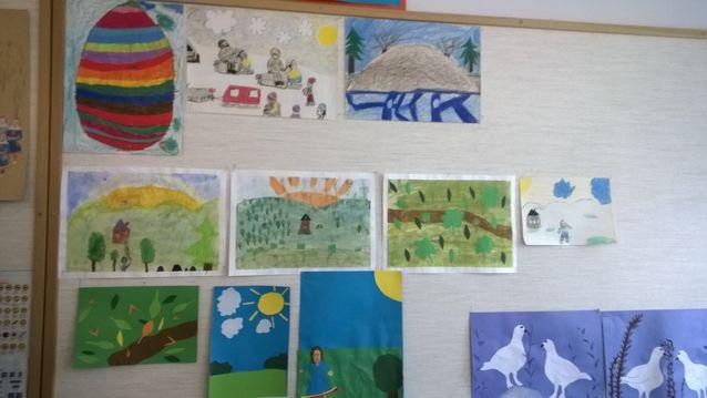 Inarin peruskoulun saamenkielisen ala-luokkalaisten piirustuksia. Kuva: Irja Seurujärvi-Kari
