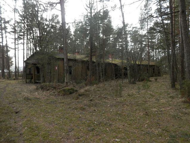 Bild från Tulludden där en del av det tyska lägrets byggnader fortfarande står kvar. Bild: Jan Fast.