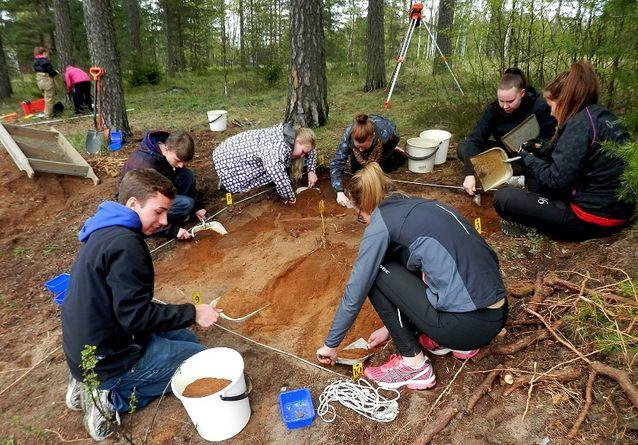 Karjaan ruotsinkielisen lukion oppilaat tutkivat Säterinkadun kivikautista asuinpaikkaa tänäkin vuonna. Kuva Jan Fast.