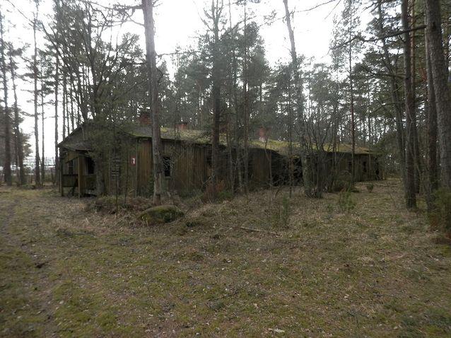 Tulliniemi, osa saksalaisen leirin rakennuksista seisoo vielä pystyssä. Kuva Jan Fast.