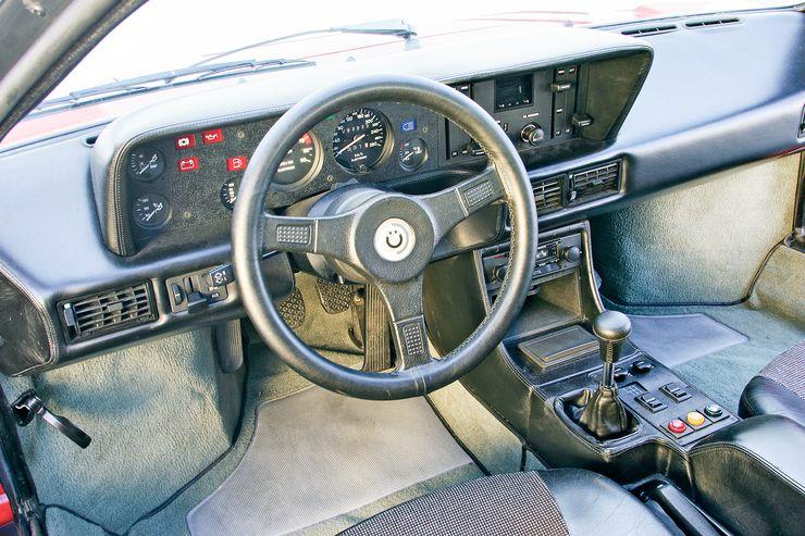 M1:n ohjaamo on nykymittapuulla melko askeettinen, vaikka autosta löytyy sekä radio että ilmastointi. Ergonomia on tuttua BMW:tä. Kaikki on kohdallaan.