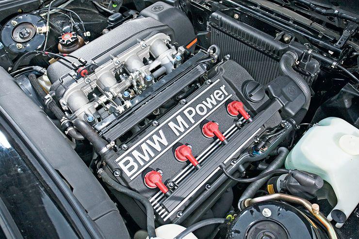 M3 Evolutionin 2,5-litraisesta neloskoneesta otettiin irti alkuun kunnioitettavat 200 heppaa, ja myöhäisemmissä versioissa jopa 238 heppaa. Vääntöä oli tarjolla 240 Nm.