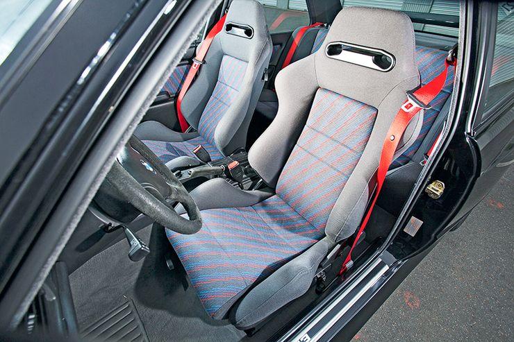 Erittäin voimakkaan sivuttaistuen tarjoavat M3 Evolutionin sporttipenkit ja punaiset turvavyöt ovat 238-heppaisen erikoisversion tunnuspiirteitä.