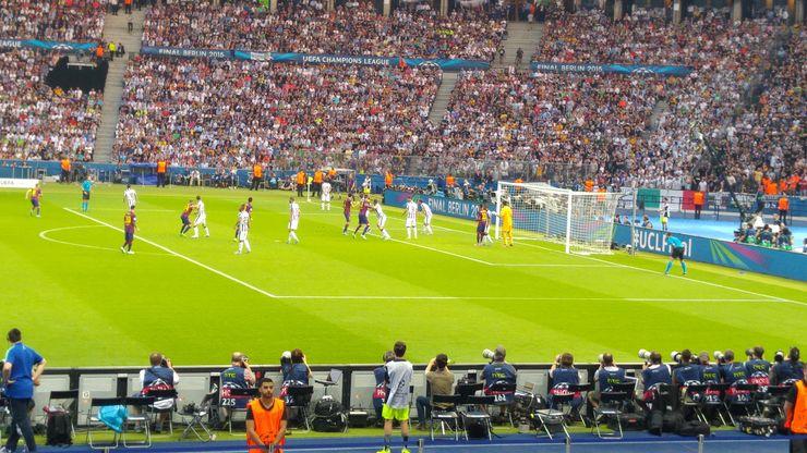 Jalkapalloilijoista Marco van Bastenin ohella Nissan brändilähettiläitä ovat Manchester Cityn Yaya Toure, Paris Saint-Germainin Thiago Silva ja Barcelonan Andres Iniesta. Viimeksi mainittu valittiin Mestarien liigan finaalin parhaaksi pelaajaksi.