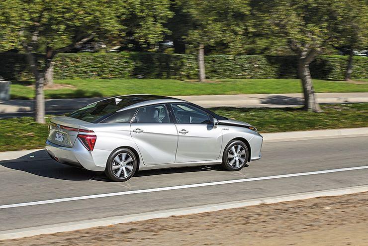 Mirai on futuristisen näköinen. Toyota haluaa viestiä tällä sitä, että kyseessä on erikoinen auto. Viisto takalasi auttaa ilmanvastuskertoimen alentamisessa