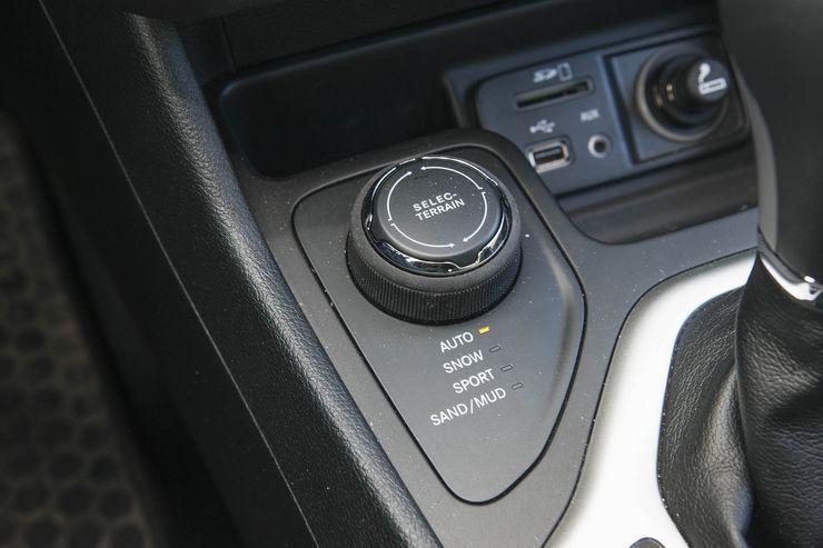Uuden turbodieselin 440 Nm:n maksimivääntö on juuri sitä, mitä Cherokeehen kaivattiin. Myös 9-portainen automaatti toimii hyvin, vaikka sen ylimmän vaihteen välitykset eivät osu yksiin Suomen nopeusrajoitusten kanssa.