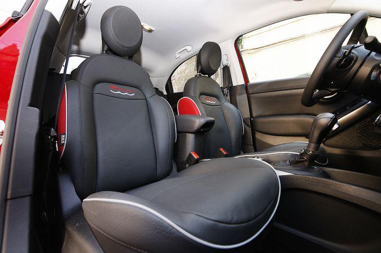 Ajoasento on katumaasturimaisen pysty, joskin hieman matalampi. Istuimet tukevat kroppaa riittävästi. Nuorekas ilme korostuu istuinten verhoilussa ja muotoilussa.