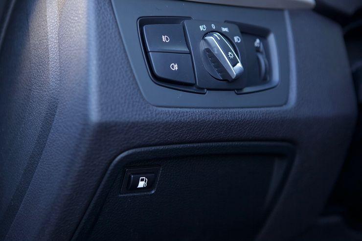 Pistokehybrideissä täytyy lakiteknisistä syistä avata polttoaineluukku erillisillä painikkeella