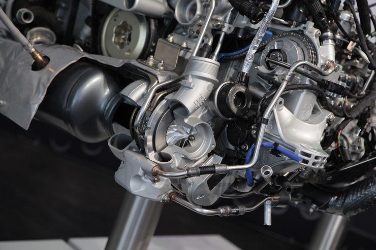 Turboahdin sijaitsee moottorin etuosassa