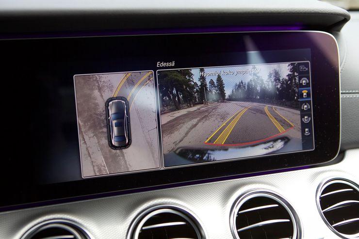 Isolle näytölle tulee tarkka 360-asteen kuva pysäköintitilanteissa