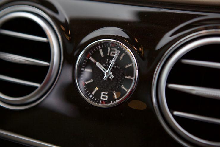 Keskikonsolista löytyy klassinen analoginen kello