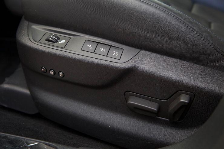Kuljettajan istuin on varustettu muistipaikoilla ja hierontatoiminnolla