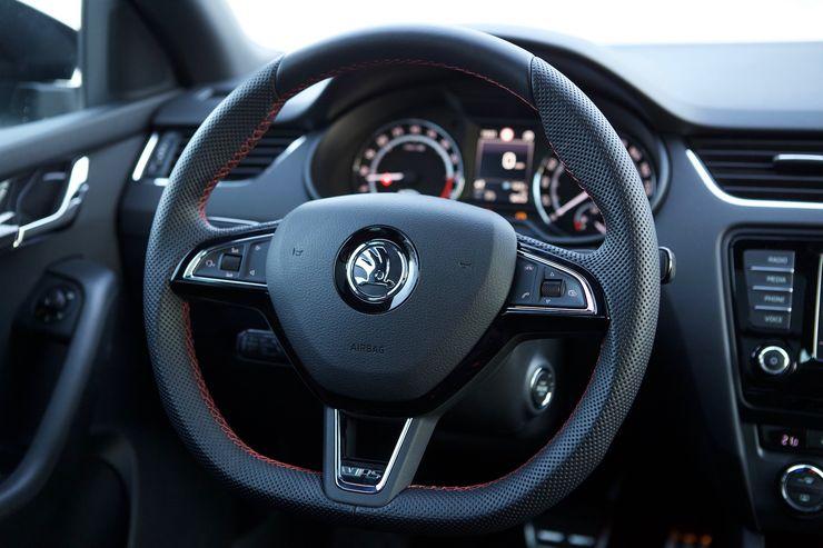 RS-mallin ohjauspyörä on voimakkaammin muotoiltu