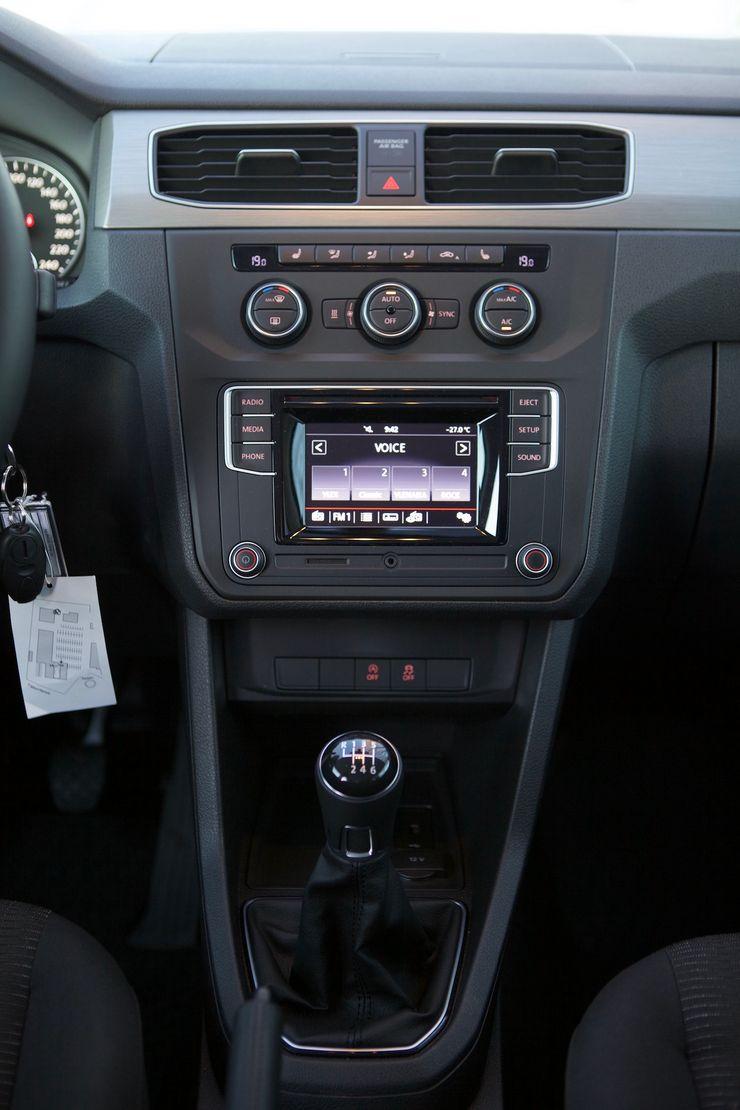 Radion näyttö jää käytön kannalta hieman turhan alas, ja sitä käyttääkseen katse pitää siirtää kauas tiestä