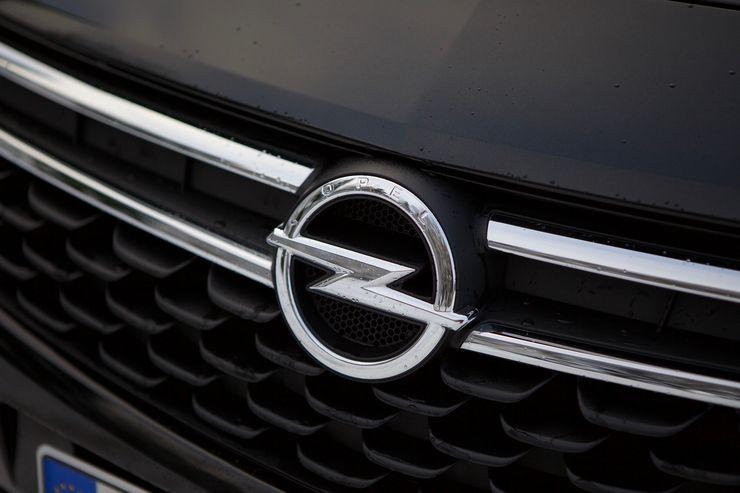 Astra voi kantaa ylpeänä Opelin merkkiä keulallaan