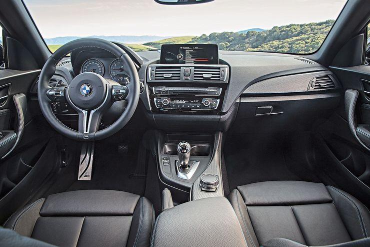 Myös M2:n ergonomia on erinomainen. Sporttiratissa on enemmän toimintoja kuin 1 M Coupéssa mutta ratti on jollain tapaa klassisemman näköinen.