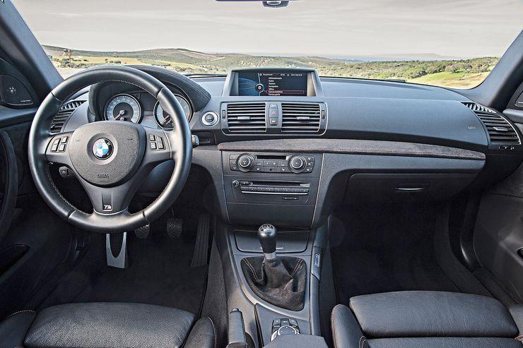 1 M Coupén ohjaamo edustaa jo nykyaikaa. Kokonaisuus on selkeä, eikä kuljettajan ergonomia voisi olla parempi. Sporttiratissa on paksu kehä.