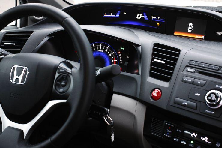 Moderni digitaalinen mittaristo rikkoo hieman auton muuten konservatiivista linjaa.