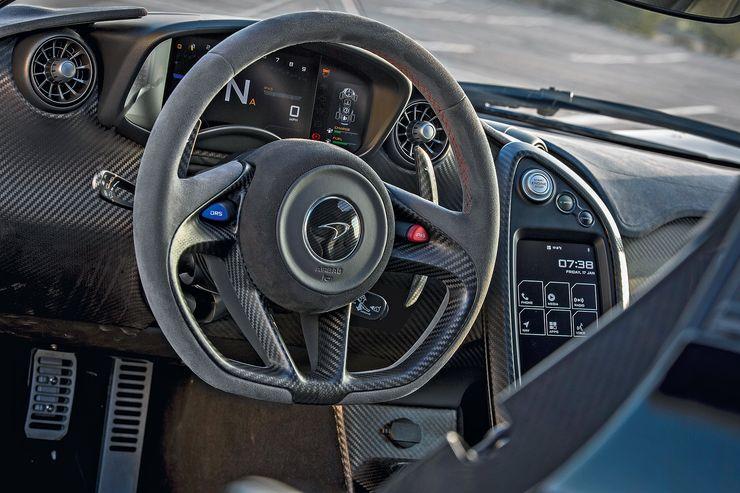 Ratti on ihanan yksinkertainen – auton F1-yhteyttä ei tarvitse syöttää väkipakolla. Sinisestä napista säädetään DRS:ää, punaisesta saadaan karkeloihin mukaan sähkömoottorin tarjoama buusti.