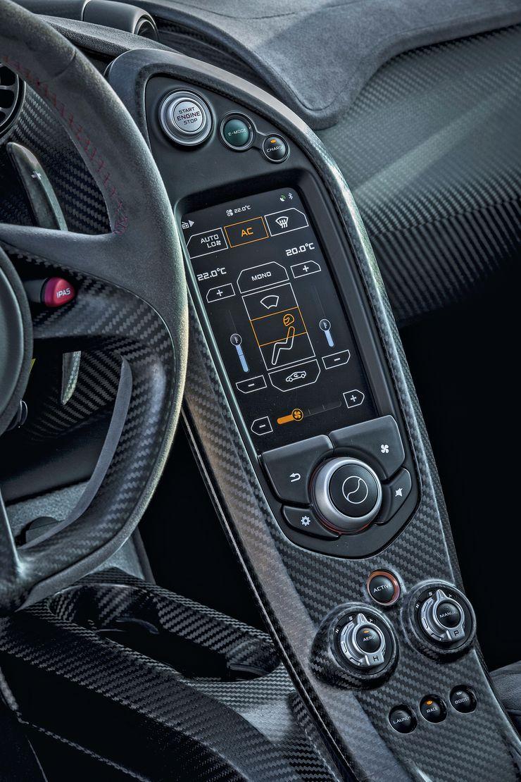 Kojelaudan kosketusnäytöltä säädetään ilmastointia, navigointia ja radiota.