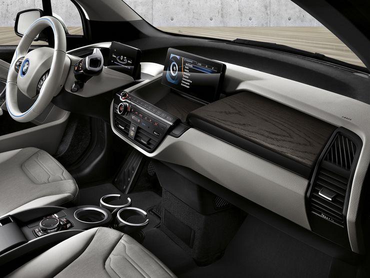 Ohjaamossa on kuitenkin muista BMW-malleista tuttuja piirteitä