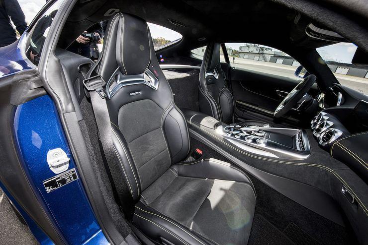 AMG GT:n urheiluistuimet tarjoavat todella hyvän tuen joka suuntaan ja ajoasennon saa säädettyä mieleisekseen. Penkissä pysyy hyvin paikalla hieman reippaammassakin rata-ajossa.